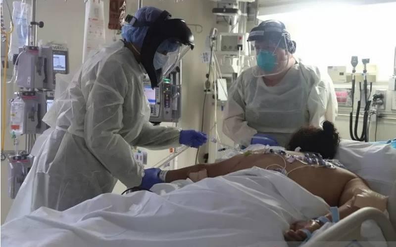 rnPetugas medis merawat pasien Covid-19 di Unit Perawatan Intensif (ICU) Rumah Sakit Scripps Mercy, di Chula Vista, California, Amerika Serikat, Selasa (12/5/2020). - Antara/Reuters\r\n