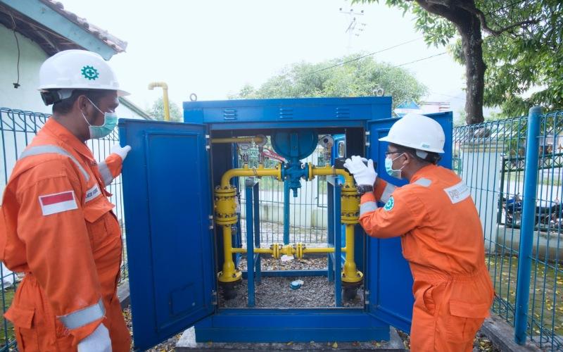 Petugas PT Perusahaan Gas Negara Tbk sedang memeriksa operasional jaringan gas rumah tangga. Istimewa - PGN