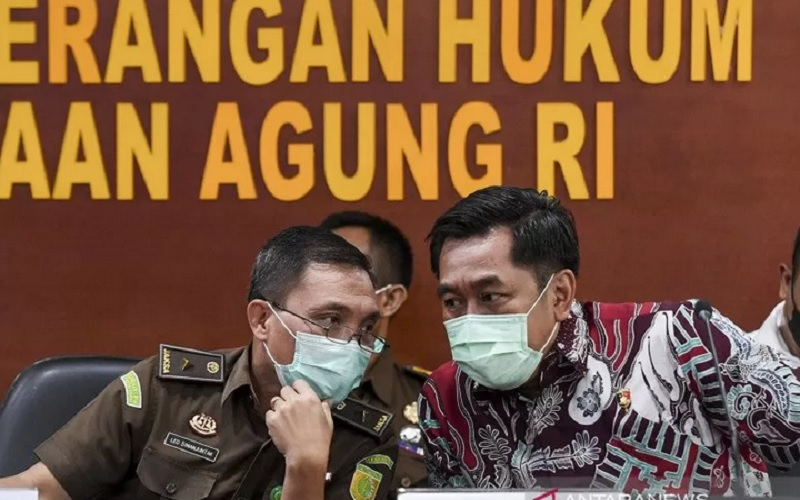 Kapuspenkum Kejaksaan Agung Leonard Eben Ezer Simanjuntak (kiri) bersama Dir Tipikor Bareskrim Polri, Brigjen Pol Djoko Poerwanto (kanan) berbincang saat memberikan keterangan pers usai menggelar gelar perkara penanganan kasus dugaan korupsi pada PT Asabri (Persero) di Kejaksaan Agung, Jakarta, Rabu (30/12/2020). - Antara\r\n\r\n