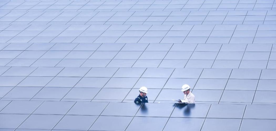 Petugas sedang melakukan pengecekan di sebuah pembangkit listrik tenaga surya. - Istimewa/PLN