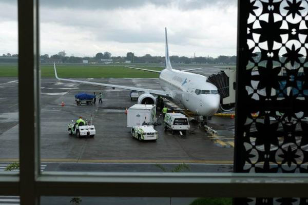 Bongkar muat bagasi di Bandara Adi Soemarmo, Boyolali, Jawa Tengah. - Bisnis/Abdullah Azzam