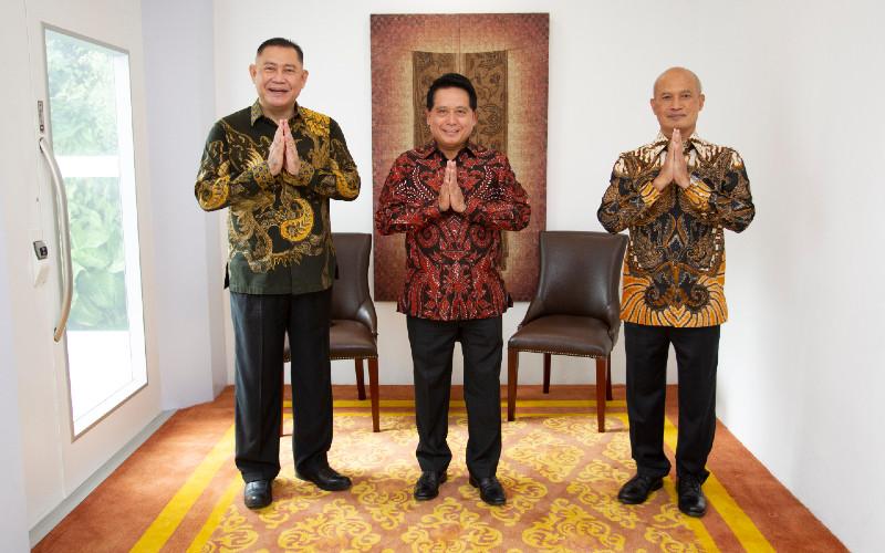 Direktur Utama Bank Syariah Indonesia Hery Gunardi (tengah) didampingi Wakil Direktur Utama I Ngatari dan Wakil Direktur Utama II Abdullah Firman Wibowo berpose dalam sesi foto usai penandatanganan akta penggabungan tiga bank syariah milik Himbara di Jakarta, Rabu (16/12/2020).  - ANTARA