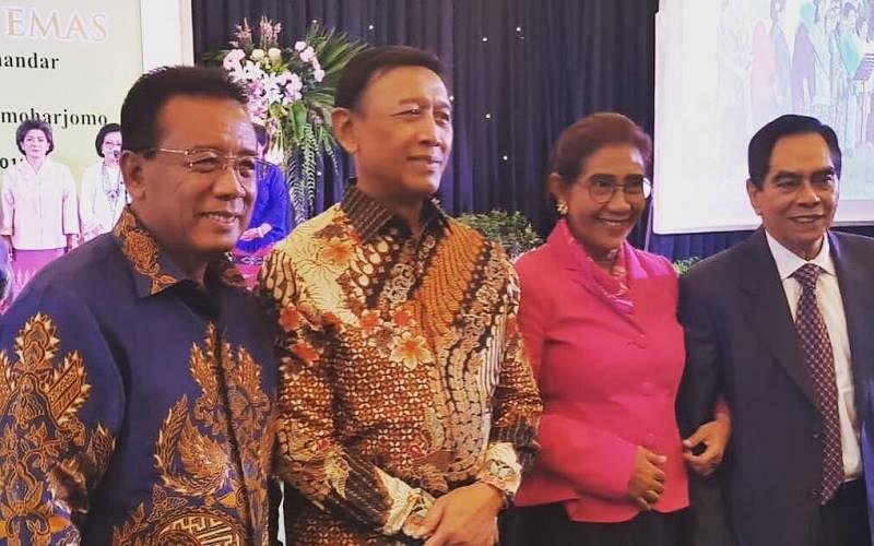 Eks Menteri Kelautan dan Perikanan Susi Pudjiastuti (kedua dari kanan) menggandeng tiga jenderal di TNI, yakni Marsekal TNI (Purn) Djoko Suyanto (kiri), yakni Jenderal TNI (Purn) Wiranto (kedua dari kiri), mantan Kepala Staf Angkatan Darat Jenderal TNI (Purn) Wismoyo Arismunandar  (paling kanan). JIBI - Bisnis/Nancy Junita @susipudjiastuti