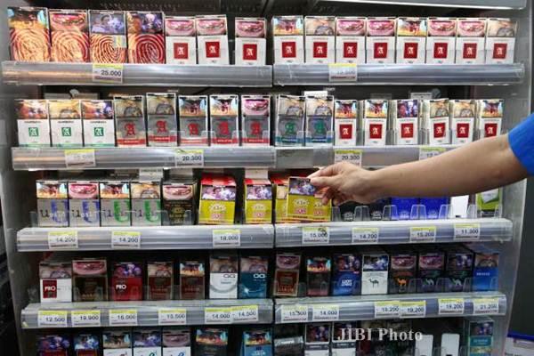 Rokok dijual di sebuah gerai waralaba, di Jakarta, Minggu (21/8). - JIBI/Dwi Prasetya