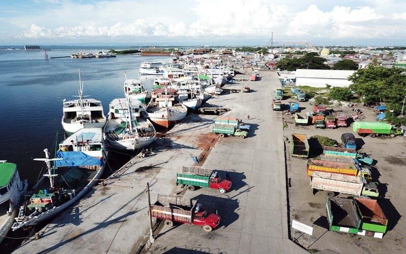 Sejumlah kapal Pinisi dan truk pengangkut barang terlihat menganggur akibat tidak ada muatan barang terlihat dari udara di Pelabuhan Paotere Makassar, Sulawesi Selatan, Jumat (10/4/2020). - Bisnis/Paulus Tandi Bone