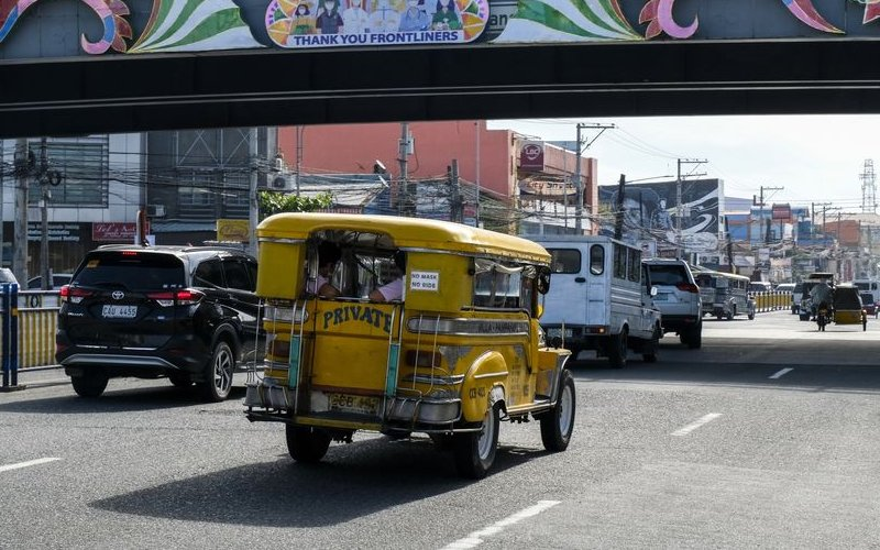 Hanya 70% jeepney di Manila yang beroperasi dalam kapasitas terbatas pada akhir November, delapan bulan setelah Ibu Kota Filipina ditutup.  - Bloomberg