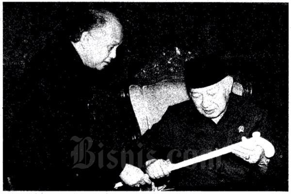 Presiden Soeharto tengah berkomunikasi dengan Wakil Presiden B. J. Habibie soal tongkat di Gedung Bina Graha, Istana Negara, Jakarta Pusat, Selasa (10/3 - 1998). Arsip Bisnis Indonesia.