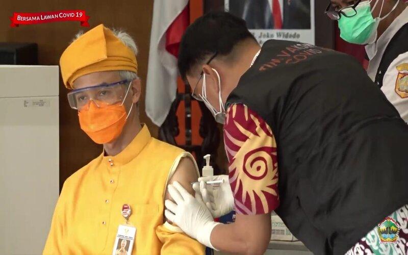 Gubernur Jawa Tengah Ganjar Pranowo melaksanakan vaksin tahap kedua. - Dok Pemprov Jateng