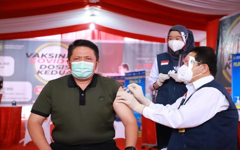 Gubernur Sumsel Herman Deru mendapat suntikan vaksin Covid-19 tahap kedua oleh petugas vaksin.  - Istimewa