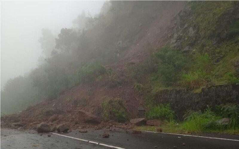 Kondisi Jl. Tawangmangu - Magetan, yang tertutup material longsor sekitar 60 persen Kamis (28/1/2021). - Istimewa