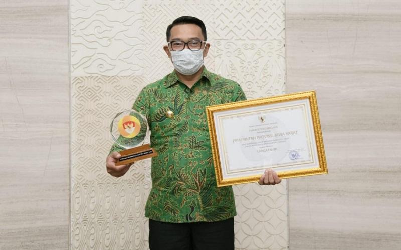 Piagam penghargaan  Anugerah Meritokrasi diterima langsung Gubernur Jabar Ridwan Kamil