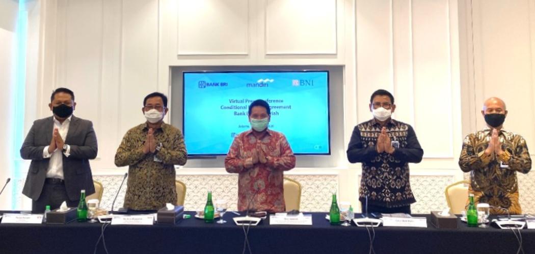 Ketua Tim Project Management Office (PMO) dan juga Wakil Direktur Utama Bank Mandiri Hery Gunardi (tengah) bersama dengan Wakil Direktur Utama BRI Catur Budi Harto (kedua kanan), Direktur Hubungan Kelembagaan BNI Sis Apik Wijayanto (kedua kiri), Direktur Utama Bank BRIsyariah Ngatari (kanan) dan Direktur Bisnis Indonesia Financial Group Pantro Pander (kiri) dalam virtual press conference, Selasa (13/10/2020). - Istimewa