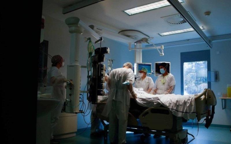 Dokter dengan dibantu perawat menangani pasien COVID-19 di ICU Rumah Sakit Robert Ballanger di Aulnay-sous-Bois dekat Kota Paris di Prancis, Senin (26/10/2020), di tengah wabah Covid-19./Antara Foto/Reuters-Gonzalo Fuentes - wsj)
