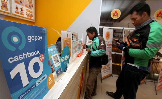 Pengemudi Ojek Online membeli pesanan makanan yang diorder dari aplikasi di Jakarta. Bisnis - Arief Hermawan P