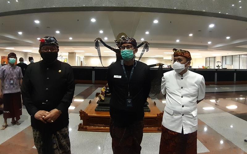 Sandiaga Uno (tengah) berkantor di Bali - Bisnis/Wirat