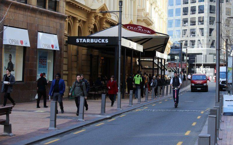 Sejumlah warga berjalan di depan kedai Starbucks di Jalan Lambton Quay di Wellington, Selandia. Gambar diambil pada 23 Juli 2020/Antara - Reuters/Praveen Menon