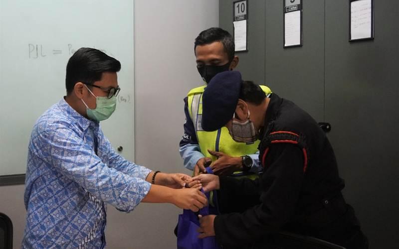 Direktur Keuangan PT Transjakarta Welfizon Yuza memberi apresiasi kepada petugas PT Transjakarta yang berhasil menggagalkan percobaan bunuh diri di Jembatan Penyebrangan Orang (JPO) Halte Gelanggang Remaja, Jakarta Timur, Kamis (28/1/2020). - Humas PT Transjakarta