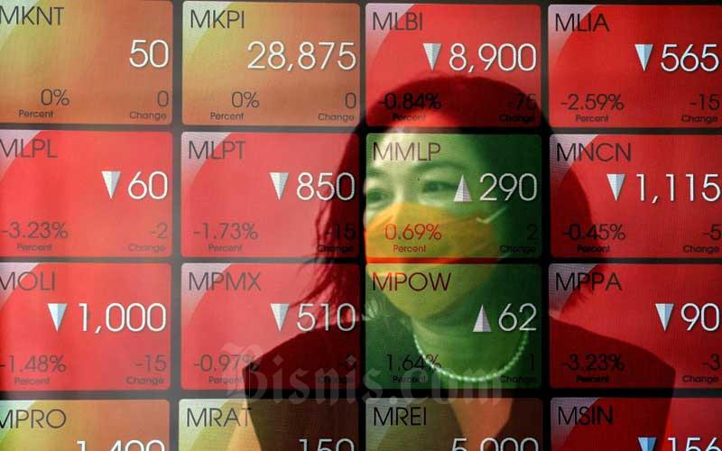Ilustrasi - Pengunjung beraktivitas didepan papan elektronik yang menampilkan pergerakan Indeks Harga Saham Gabungan (IHSG) di Bursa Efek Indonesia, Jakarta, Rabu (27/1/2021). - Bisnis/Eusebio Chrysnamurti