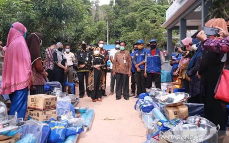 Pemkot Tanjung Pinang, Kepri, menyalurkan bantuan Kemensos untuk warga terdampak longsor, Kamis (28/1/2021). - Antara/Ogen