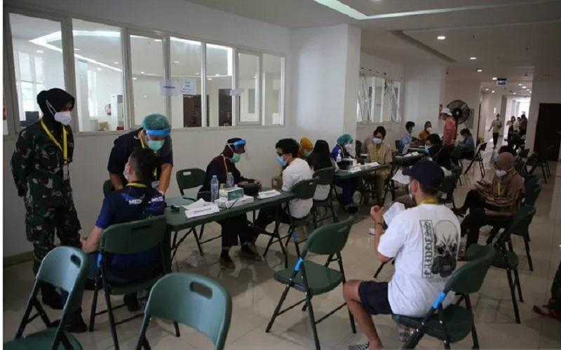 Sejumlah calon penerima vaksin dicek kesiapannya sebelum mengikuti vaksinasi Covid-19 di Rumah Sakit Darurat (RSD) Wisma Atlet Kemayoran, Jakarta, Jumat (22/1/2021). - Antara