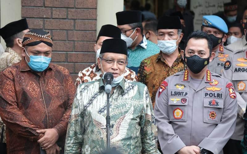 Kapolri Jenderal Pol. Listyo Sigit Prabowo (kanan) bersama Ketua Umum PBNU KH Said Aqiel Siradj (tengah). - Istimewa/Humas Polri