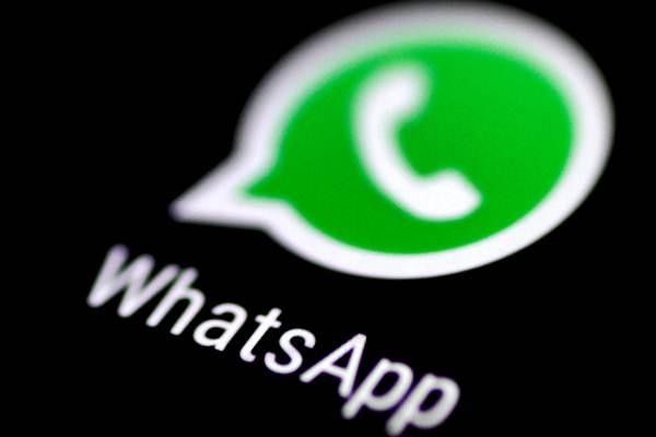 Aplikasi WhatsApp terlihat di layar ponsel. - Reuters/Thomas White