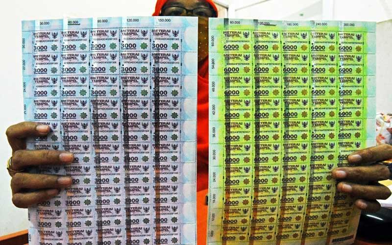 Petugas memperlihatkan lembar materai Rp.3 ribu dan Rp.6 ribu di Kantor Pos Besar Serang, Banten, Selasa (6/10/2020). ANTARA FOTO - Asep Fathulrahman\r\n