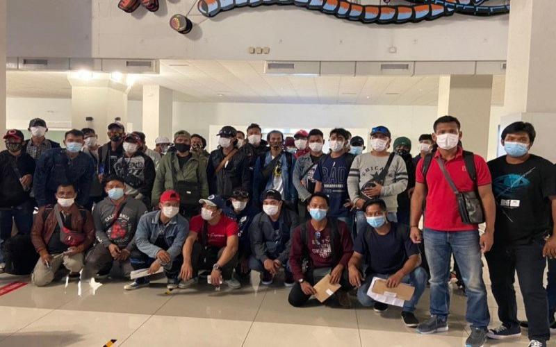 Ppekerja migran Indonesia yang dipulangkan dari sejumlah negara Pasifik tiba di Bandara Soekarno-Hatta, Banten, pada Kamis (28/01/2021) malam. - Antara/Kemenlu