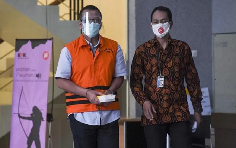 Mantan Menteri Perikanan dan Kelautan Edhy Prabowo (kiri) berjalan menuju mobil tahanan usai diperiksa di gedung KPK, Jakarta, Kamis (21/1/2021). - Antara\r\n