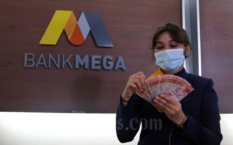 Karyawan menghitung uang rupiah di salah satu kantor cabang Bank Mega di Jakarta, Rabu (11/11/2020). Bisnis - Eusebio Chrysnamurti
