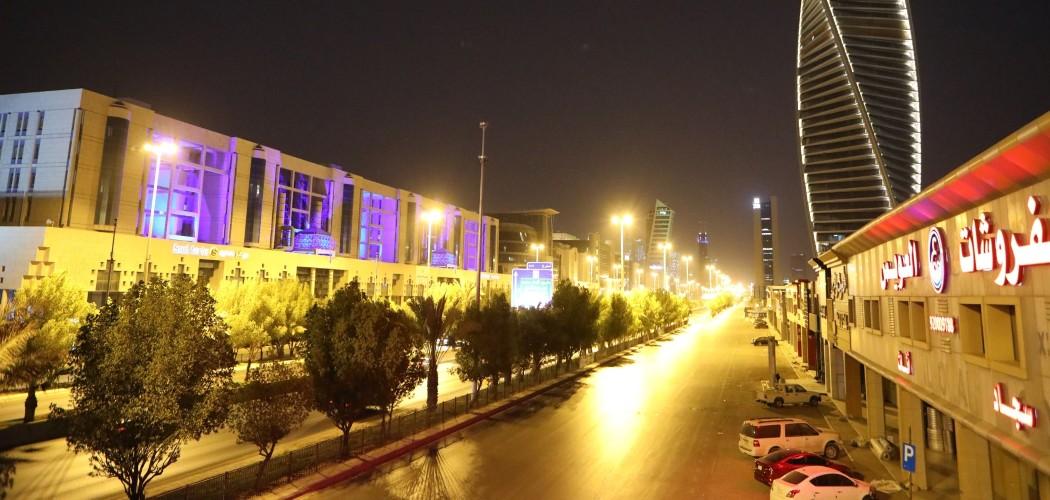 Cahaya menerangi gedung pencakar langit Al Majdoul dan jalan kota pada malam hari di Riyadh, Arab Saudi. - Bloomberg/Maya Anwar.