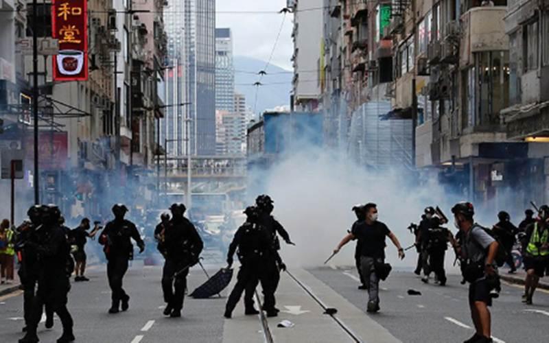 Polisi antihuru-hara menembakkan gas air mata ke keramaian untuk membubarkan pengunjuk rasa yang memprotes undang-undang keamanan nasional dalam peringatan penyerahan Hong Kong ke China dari Britain di Hong Kong, China, Rabu (1/7/2020)./ANTARA - REUTERS/Tyrone Siu
