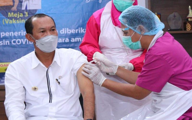 Walikota Palembang Harnojoyo mendapatkan suntikan vaksin Covid/19 tahap kedua. istimewa