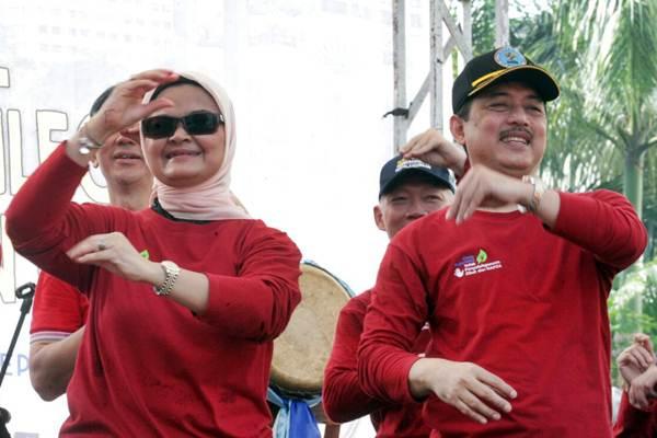 Kepala BPOM Penny K. Lukito (kiri) dan Deputi Pemberdayaan Masyarakat Badan Narkotika Nasional Irjen Pol. Sobri Efendy Surya berjoget bersama dalam rangkaian Aksi Nasional Pemberantasan Obat Ilegal dan Penyalahgunaan Obat, di Jakarta, Minggu (22/10). - JIBI/Dedi Gunawan