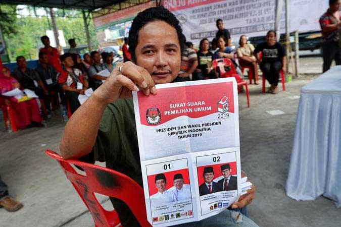 Warga memperlihatkan surat suara sebelum mencoblos di TPS 35 Jalan Gereja Medan, Sumatra Utara, Kamis (25/4/2019). - ANTARA/Septianda Perdana