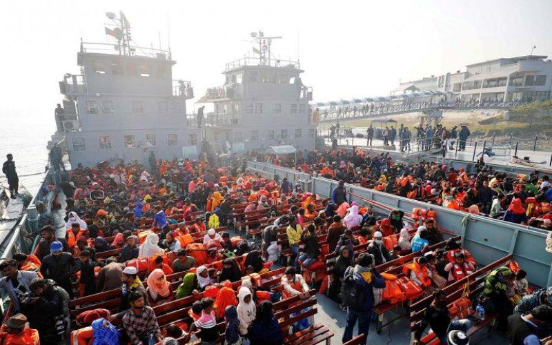 Warga Rohingya bersiap naik ke kapal saat mereka dipindahkan ke Pulau Bhasan Char dekat Chattogram, Bangladesh, Selasa (29/12/2020)/Reuters-Mohammad Ponir Hossain/aww - cfo