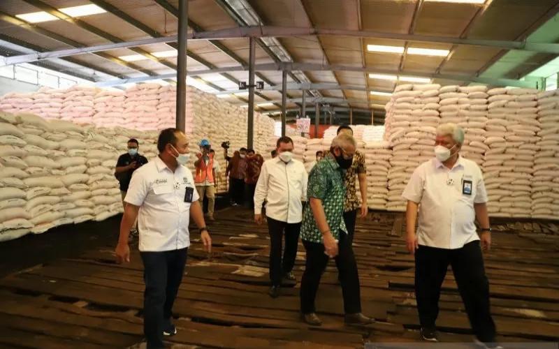 Komisi VI DPR RI meninjau gudang lini III Pupuk Indonesia di wilayah Provinsi Banten dan Jawa Barat.  - ANTARA/Pupuk Kujang