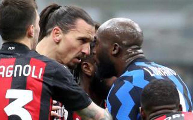 Zlatgan Ibrahimovic (kiri) dan Romelu Lukaku bertikat saat derby Milan di Coppa Italia. - Football Italia