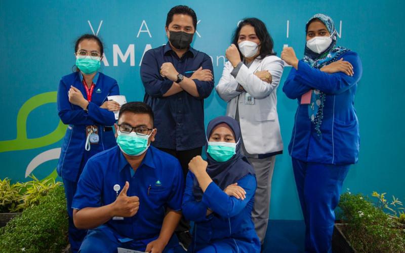 Menteri BUMN Erick Thohir saat meninjau kegiatan vaksinasi para tenaga kesehatan, asisten dan penunjang tenaga kesehatan (nakes) di bawah naungan rumah sakit BUMN, yang berlangsung di RS Pusat Pertamina, Jakarta, Senin (18/1 - 2021).