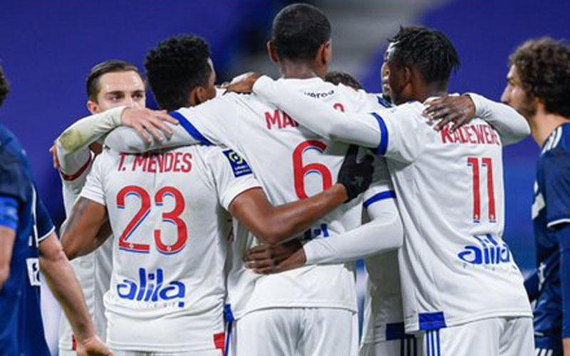 Para pemain Lyon bersukacita selepas mencetak gol penentu kemenangan atas Bordeaux pada injury time babak kedua. - Twitter@OL
