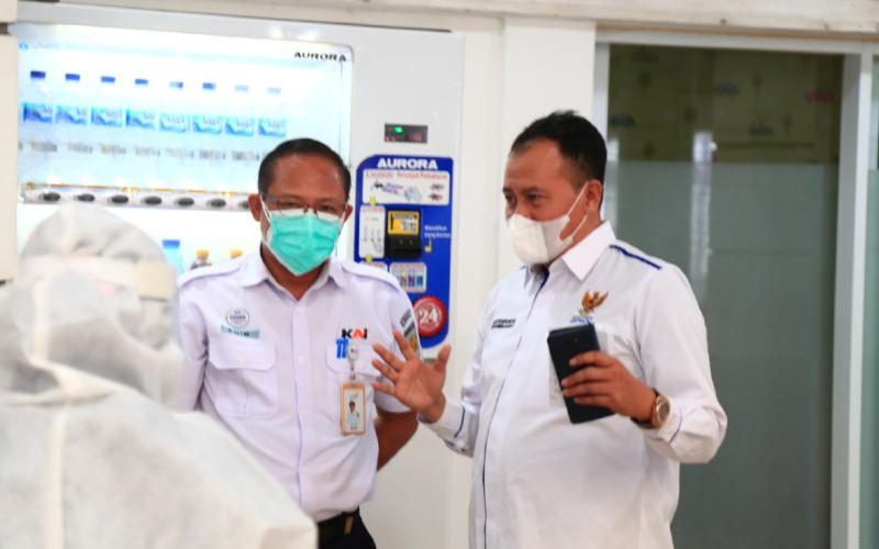 Wakil Ketua Badan Perlindungan Konsumen Nasional Republik Indonesia (BPKN RI) M. Mufti Mubarok (kanan). Genose rencananya digunakan pada simpul transportasi umum seperti stasiun, bandara, pelabuhan, dan terminal.  - BPKN