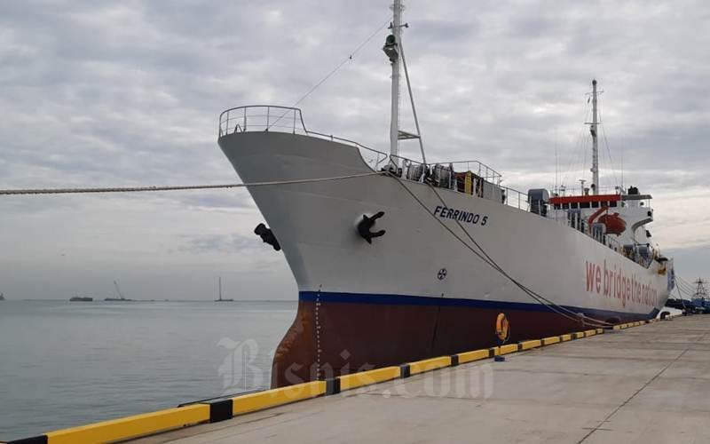 Ilustrasi - Kapal Roro KMP Ferrindo 5 sandar di Terminal Kendaraan Pelabuhan Patimban, Subang, Minggu (10/1/2021). Kapal ini jadi jenis Roro pertama yang bersandar dan melayani lintasan Patimban, Subang-Panjang, Lampung. - Bisnis/Rinaldi M Azka