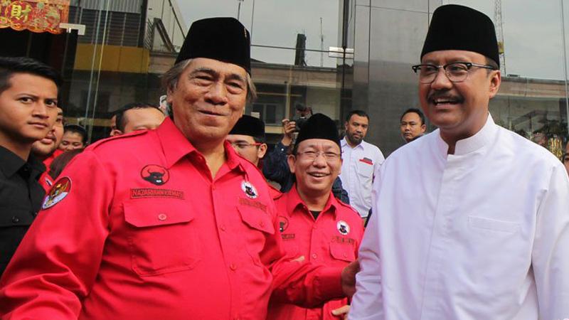 Ketua Umum DPP Banteng Muda Indonesia (BMI) Nazarudin Kiemas (kiri) dan Calon gubernur Jatim Saifullah Yusuf (ketiga dari kiri) berjalan bersama   di Surabaya, Jawa Timur, Minggu (18/2/2018).  - Antara/Didik Suhartono