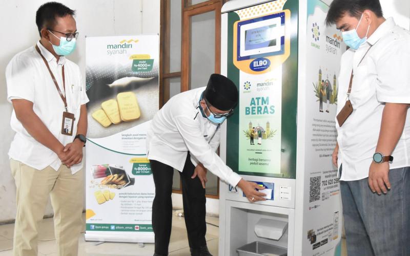 Wakil Wali Kota Padang Hendri Septa saat mencoba menggunakan ATM Beras yang ada di Masjid Nurul Iman, Padang, Sumatra Barat.  - Pemkot Padang