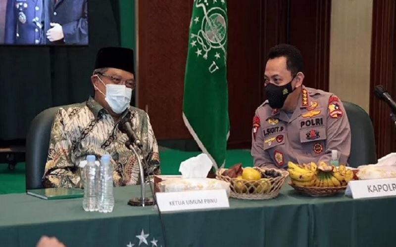 Ketua Umum Pengurus Besar Nahdlatul Ulama Said Aqil Siradj (kiri) berbincang dengan Kapolri Jenderal Pol Listyo Sigit Prabowo saat acara Silaturahmi Kapolri ke PBNU di Kantor PBNU, Jakarta, Kamis (28/1/2021). - Antara\r\n