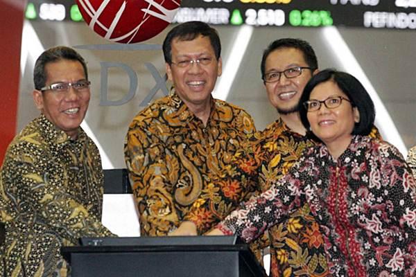 Dirjen Pengelolaan Pembiayaan dan Risiko Kemenkeu Robert Pakpahan  (kedua kiri) didampingi Direktur BEI Samsul Hidayat (kiri), Deputi Pengawas Pasar Modal II OJK Fakhri Hilmi (kedua kanan), dan Direktur Surat Utang Negara Loto Srinaita Ginting membuka perdagangan Indeks Harga Saham Gabungan, sekaligus membuka masa penawaran atau launching Obligasi Ritel Indonesia (ORI) seri 014 di Jakarta, Jumat (29/9). - JIBI/Dedi Gunawan