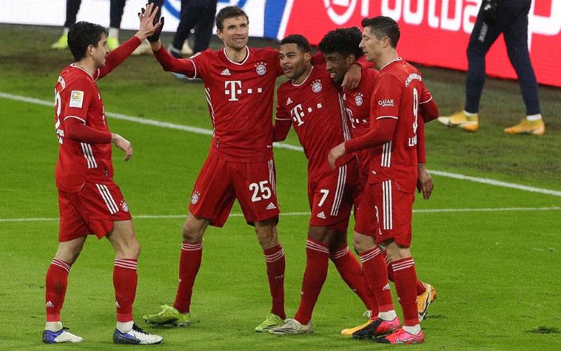 Para pemain Bayern Munchen merayakan gol keempat ke gawang Hoffenheim yang dicetak Serge Gnabry (tengah). - Bundesliga.com