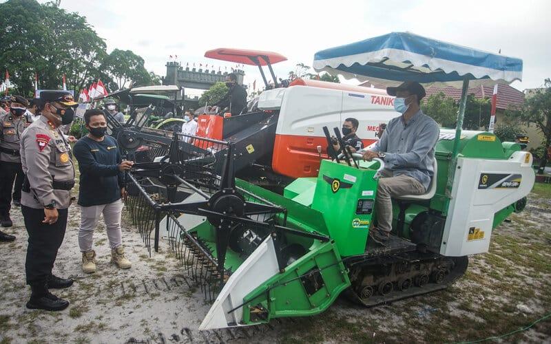 Kapolda Kalteng Irjen Pol Dedi Prasetyo (kiri) mengecek traktor yang akan dioperasikan di kawasan lumbung pangan nasional saat apel peluncuran Bhabinkamtibmas dan satgas