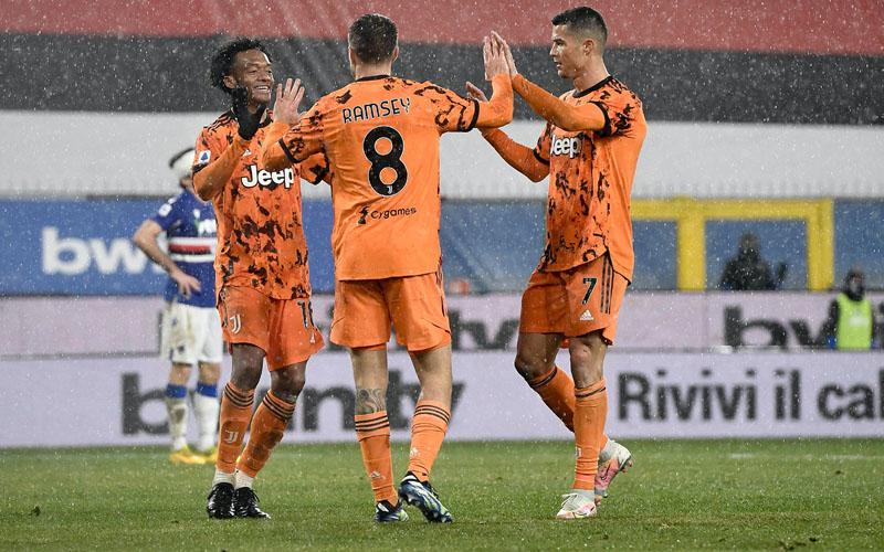 Pemain Juventus Aaron Ramsey (tengah) merayakan golnya ke gawang Sampdoria bersama Cristiano ronaldo (kanan) dan Juan Guillermo Cuadrado. - Twitter@juventusfcen