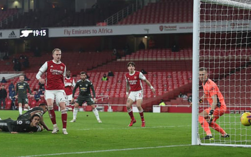 Ujung tombak Manchester United Edinson Cavani (kiri) menyaksikan tendangannya tipis melebar gawang Arsenal. - The Guardian